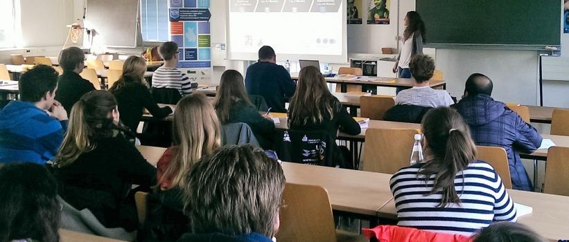 Studierende informieren sich über Traineeprogramme als Berufseinstieg